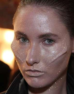 Ausländer simula implantes no rosto de modelos