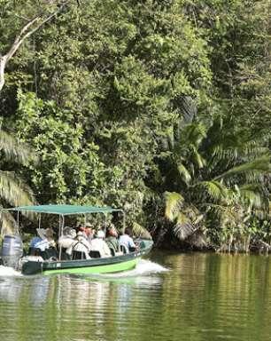 Barco faz passeio por santuário ecológico no Canal do Panamá