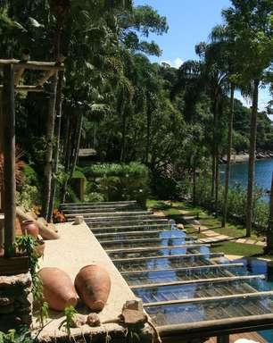 Casa em Ubatuba tem piscina a poucos passos do mar