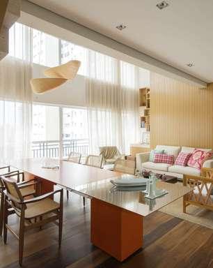 Madeira cria visual elegante em cobertura de 260 m²