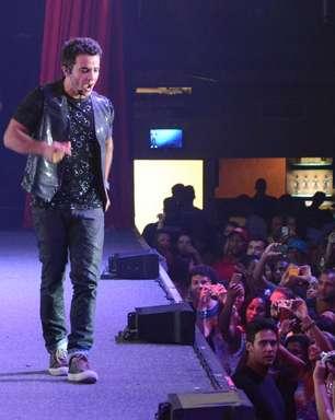 Como Carlito, Anderson Di Rizzi grava 'Amor à Vida' em casa de show lotada
