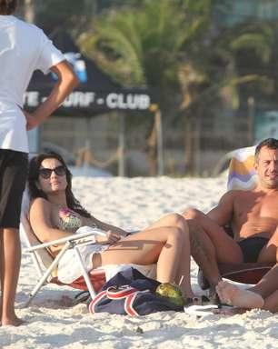 Malvino Salvador aproveita praia com Kyra Gracie no Rio