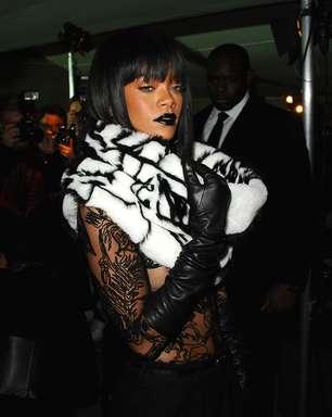 Paris: Rihanna usa blusa transparente e deixa seio à mostra