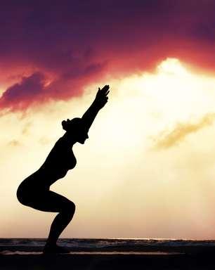 Ioga na prancha de surfe deixa o corpo mais flexível e forte