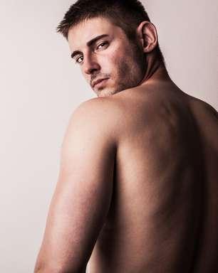 Homens podem ter estria nas costas; entenda a pele masculina