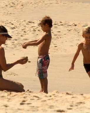 Fernanda Lima curte praia com os filhos antes de desfile