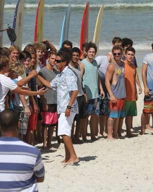 Zeca Camargo busca novo talento em gravação em praia do Rio