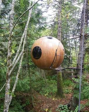 Canadense cria casas-bolhas no meio da floresta