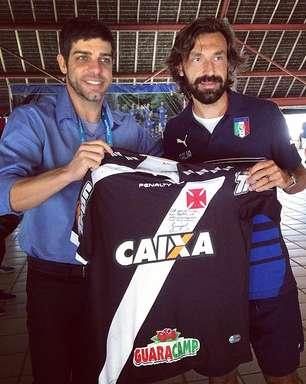 Juninho visita Pirlo e oferece camisa do Vasco a italiano
