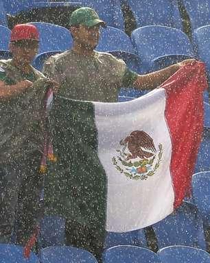 Debaixo de chuva, torcidas curtem México x Camarões em RN