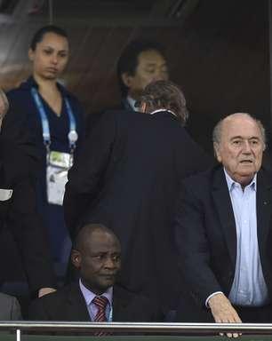 Pelo segundo dia seguido, Blatter vê jogo da Copa em estádio