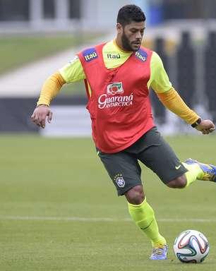 Felipão escala Hulk em treino marcado por invasão
