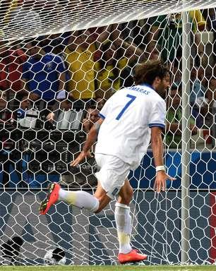 Com drama, Grécia bate Costa do Marfim e avança pela 1ª vez