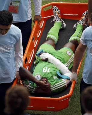 Nigeriano leva bolada e deixa campo com braço imobilizado