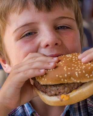 Propagandas de fast food podem levar crianças à obesidade