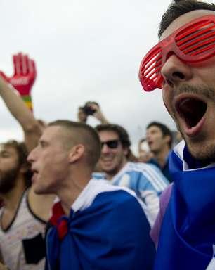 Franceses fazem trenzinho e dançam funk em Fan Fest do Rio