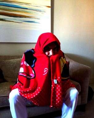 """Do sofá, Federer """"se esconde"""" para ver Argentina x Suíça"""