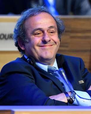 """Platini desiste da Fifa e """"facilita"""" reeleição de Blatter"""