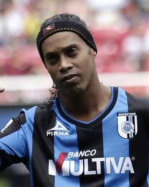 """Querétaro convoca coletiva e confirma """"fico"""" de Ronaldinho"""