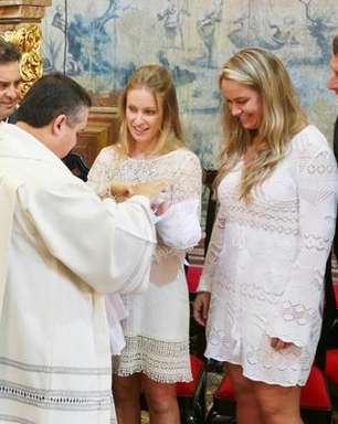 A uma semana das eleições, Aécio batiza filhos gêmeos em MG