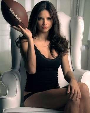 """Com brasileira e """"sonho"""" de Medina, Angels vestem Super Bowl"""