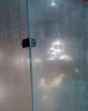 'Império': Leonardo não resiste e toma banho com Etevaldo