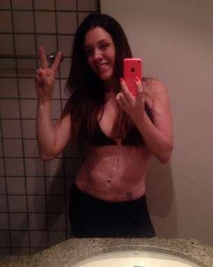 Mãe de quatro filhos, Simony exibe barriga trincada aos 38