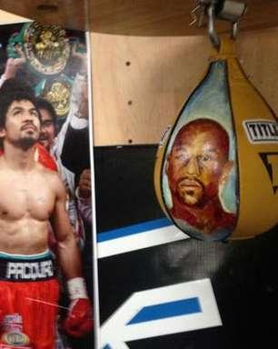 Pacquiao ganha bola de boxe com rosto de Mayweather