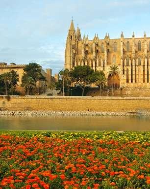 Ilha espanhola atrai por beleza natural e castelos medievais