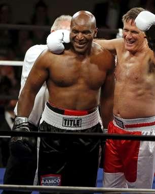 Candidato derrotado por Obama faz exibição de boxe contra Holyfield