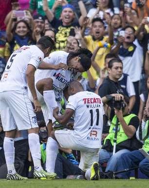 Ronaldinho marca de falta e põe Querétaro na semifinal