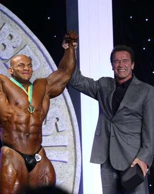Schwarzenegger premia fisiculturistas em competição no Rio