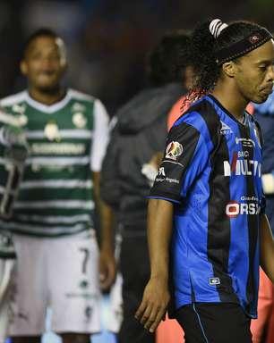 """Ronaldinho tem """"gol malandro"""" anulado, e Querétaro é vice"""