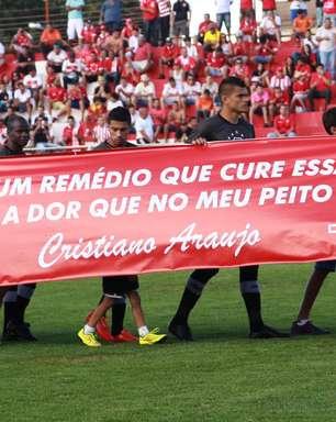 Vila Nova perde, mas emociona com tributo a Cristiano Araújo