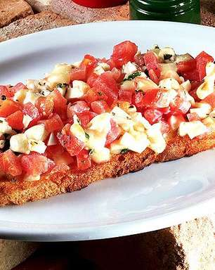 Bruschetta com tomate, mozzarela e azeite