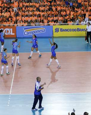 Minas vence Praia Clube e força 3º jogo por vaga na final