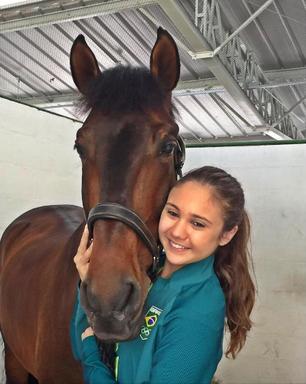 Que fofa! Giovana Pass posta foto com seu cavalo