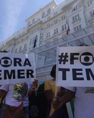 """Protesto em Copacabana pede """"Diretas Já"""""""