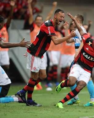 Berrío estreia com gol, e Flamengo supera reservas do Grêmio