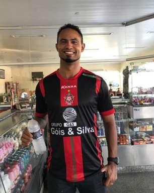 Bruno veste camisa, posa para foto e fica perto do Boa