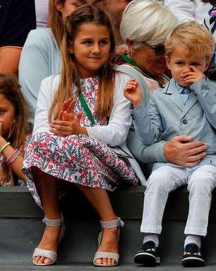 Pais devem vestir gêmeos com roupas iguais?