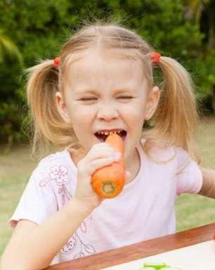 Tres alimentos que cuidan los dientes de los niños