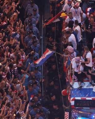 Vice-campeã, Croácia é recebida com festa na volta para casa