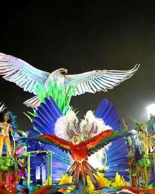 Zeca Pagodinho 'invade' estúdios da Globo e comenta desfile