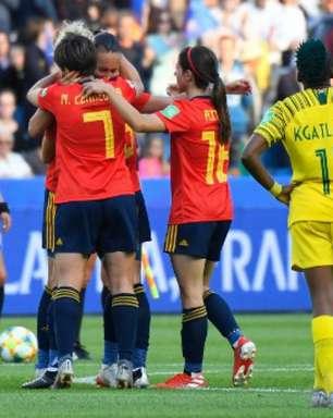 Espanha sofre, mas vira sobre África do Sul com 2 pênaltis