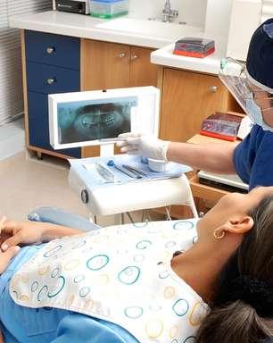 Implante dental pode cair assim como dente natural