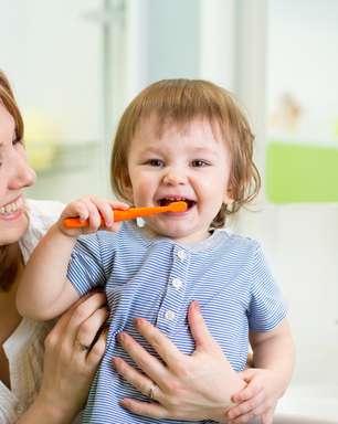 Existem sintomas do nascimento dos dentes em bebês?