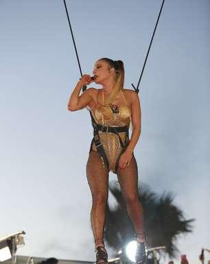 Claudia Leitte usa look com 27 mil cristais e 'voa' até trio