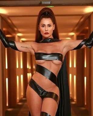 Na Sapucaí, Deborah Secco usa look que tampa o mínimo!
