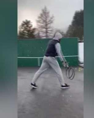 """#StayAtHome: Frio! Sob neve, Federer treina sozinho e brinca: """"Tendo a certeza de que ainda me lembro como se faz"""""""
